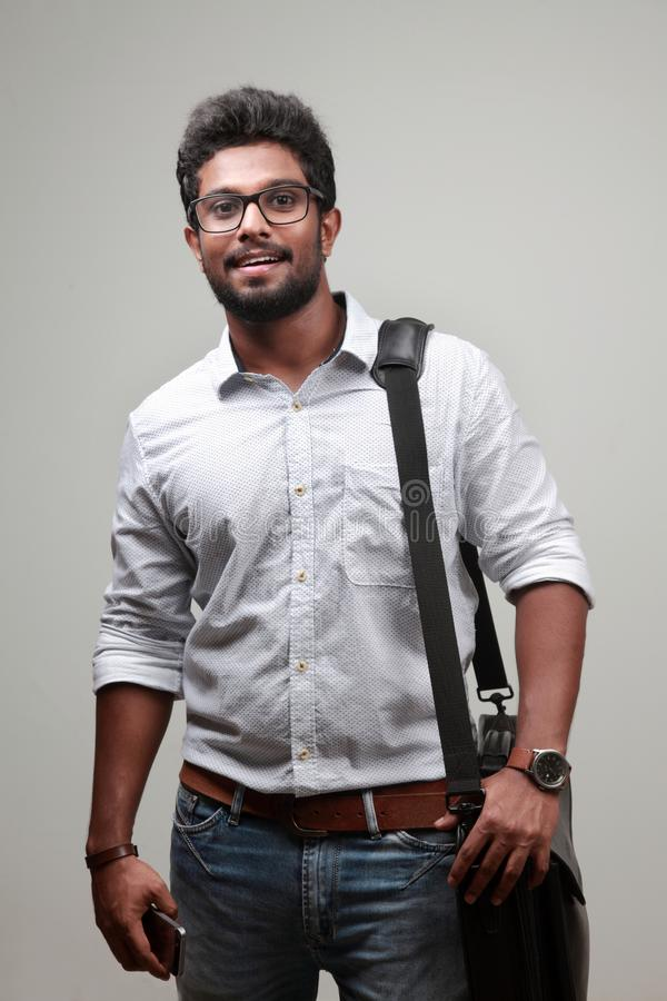 Un jeune homme d'origine indienne photos stock