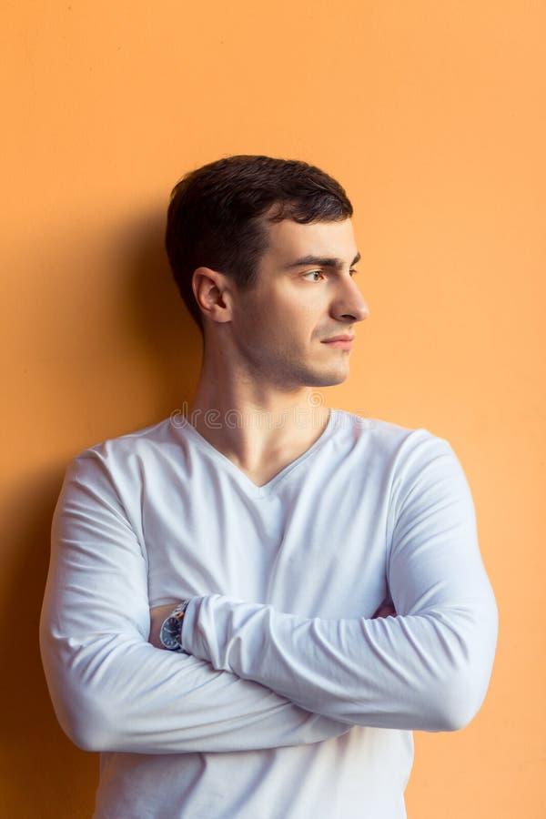 Un jeune homme dans l'usage blanc photographie stock libre de droits