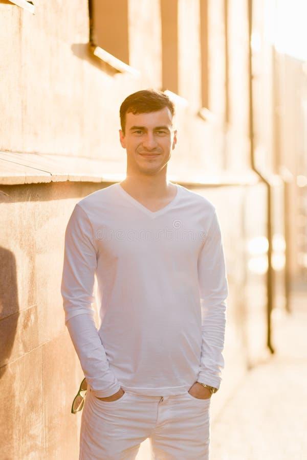 Un jeune homme dans l'usage blanc photos stock
