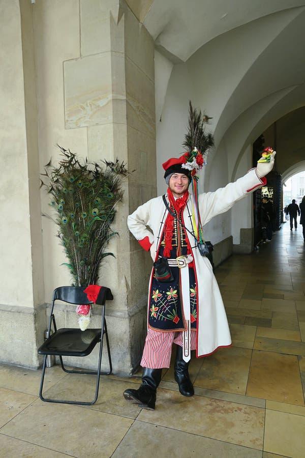 Un jeune homme dans le costume de polonais de ressortissant à Cracovie photo libre de droits