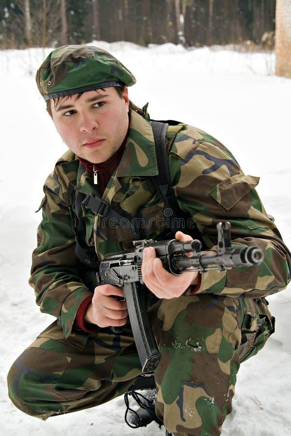 Un jeune homme dans un camouflage image libre de droits