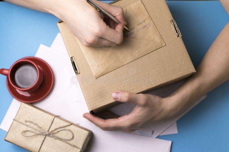 Un jeune homme examine et signe la lettre Le concept de la correspondance photo stock