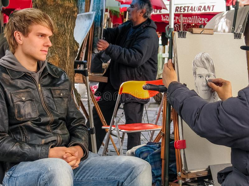 Un jeune homme posant à l'artiste de rue sur l'endroit de Montmartre photographie stock libre de droits