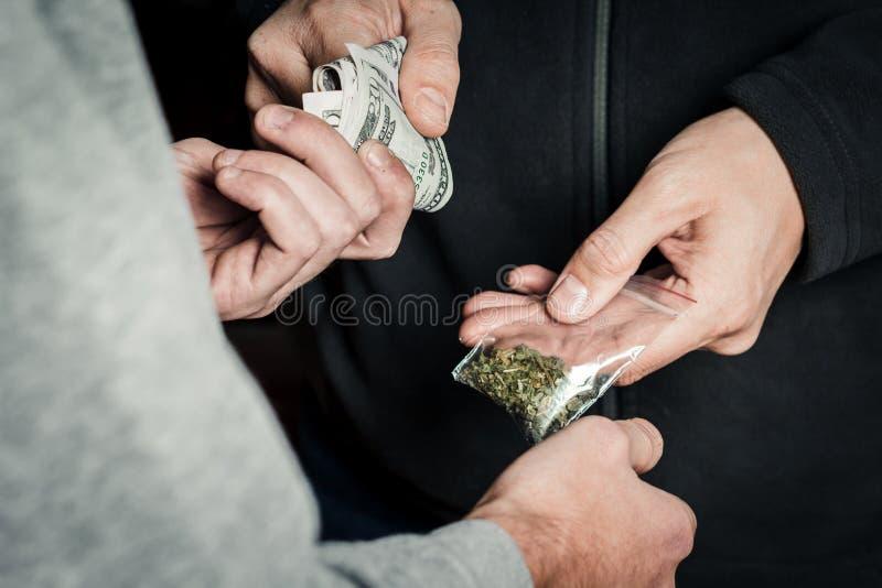 Un jeune homme prépare l'héroïne dedans, préparant pour prendre l'héroïne, la verse image stock