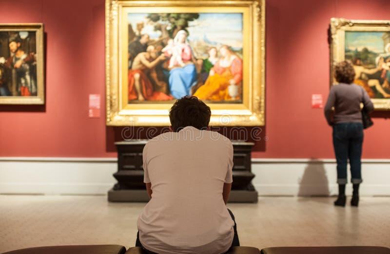 Un jeune homme regarde une photo photo libre de droits