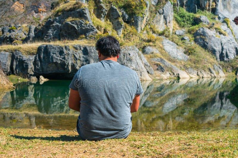 Un jeune homme s'asseyant devant un lac, portrait, arboleda de La, pays Basque photographie stock