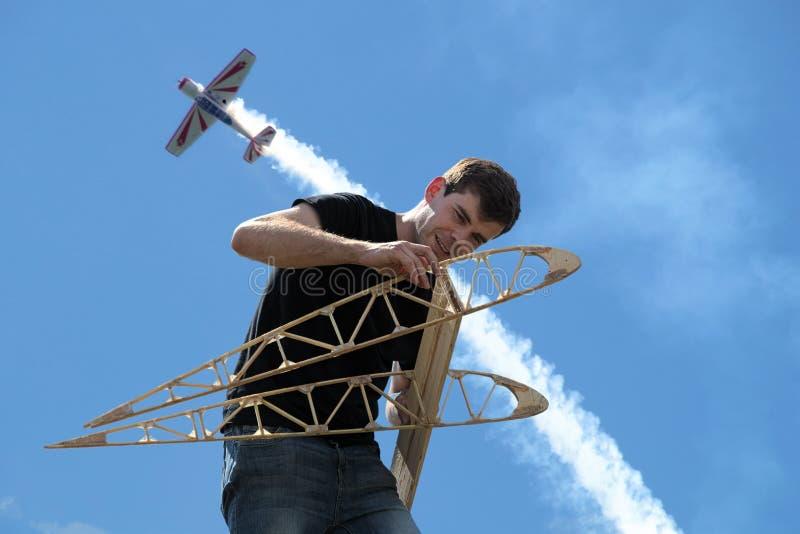 Un jeune homme tient les nervures d'aile photo stock