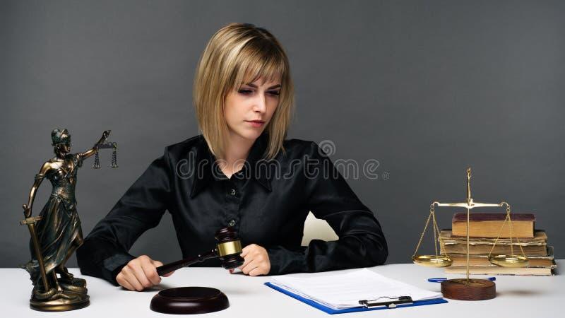 Un jeune juge juste de femme travaille dans son bureau image libre de droits