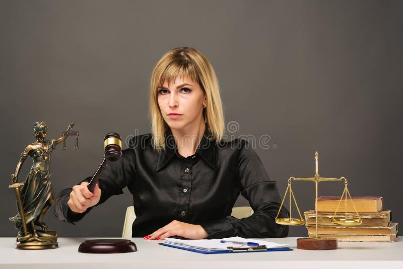 Un jeune juge juste de femme travaille dans son bureau photographie stock libre de droits