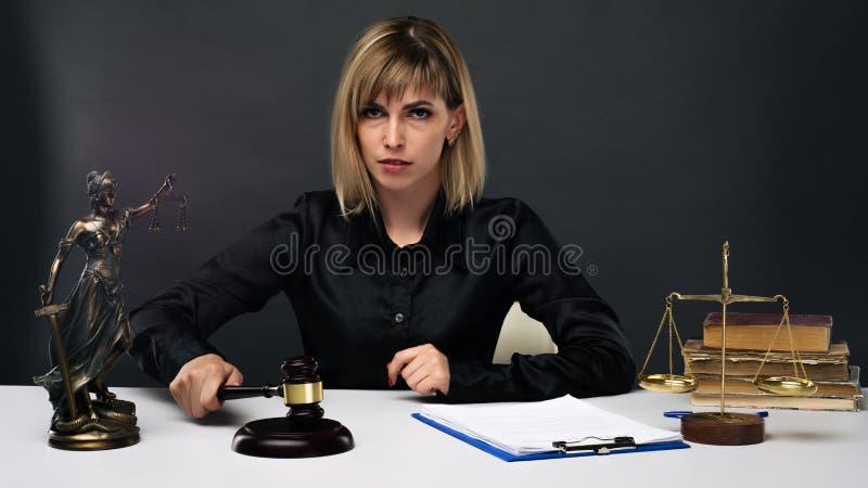 Un jeune juge juste de femme travaille dans son bureau photographie stock