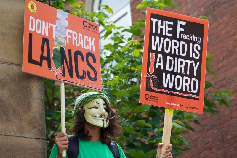 Un jeune protestataire avec un masque dessus aux anti-Fracking protestations en Preston image stock