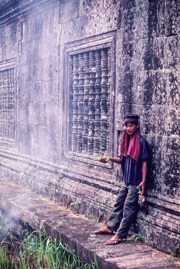 Un jeune rempla?ant non identifi? de soldat de khmer dans le temple de Preah Vihear pendant le conflit de temple de la Cambodge-T images libres de droits