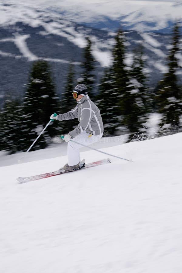 Un jeune skieur féminin appréciant le ski alpin en Anglais Columbi photo stock