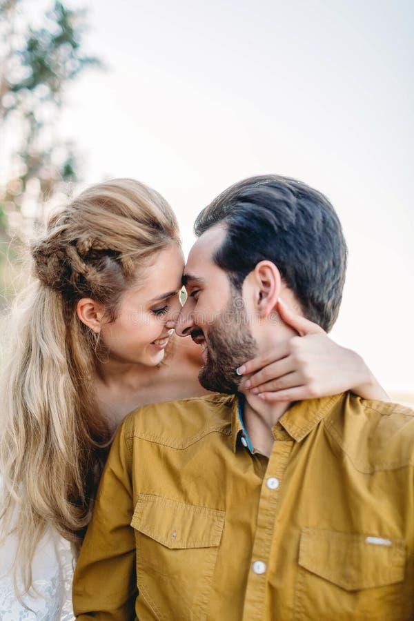 Un jeune sourire de couples et des fronts émouvants Cérémonie de mariage d'automne dehors Regard de jeunes mariés à l'un l'autre  photographie stock