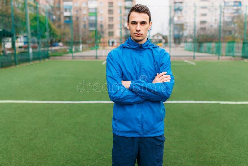Un jeune type va chercher dedans des sports, le portrait, type beau dans les vêtements de sport Le type travaille à l'air ouvert  photos libres de droits