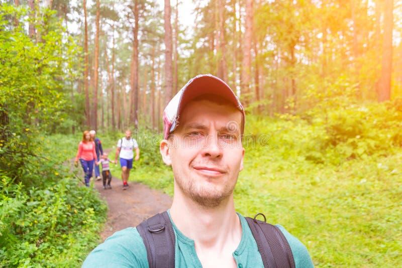 Un jeune voyageur masculin dans un chapeau avec un pare-soleil s'est tourné vers un côté a photo libre de droits