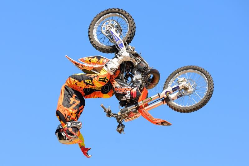 Un jinete profesional en la competencia de FMX (motocrós del estilo libre) en los juegos extremos de Barcelona de los deportes de imágenes de archivo libres de regalías