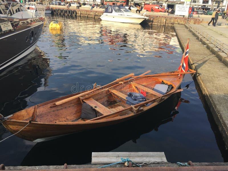 Un joli vieux bateau à rames dans le centre de Stavanger, Norvège image libre de droits