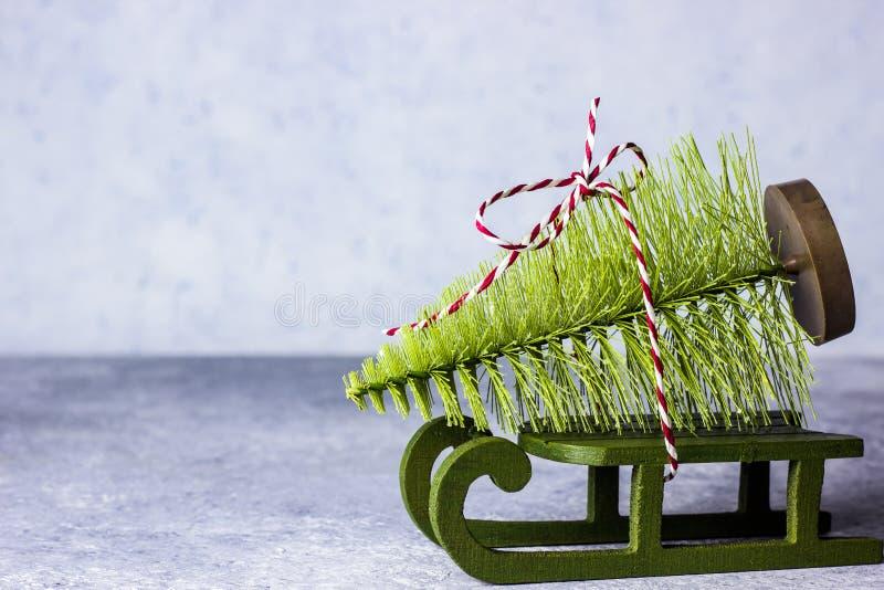 Un jouet d'arbre de Noël sous forme d'arbre de sapin sur un traîneau photos stock