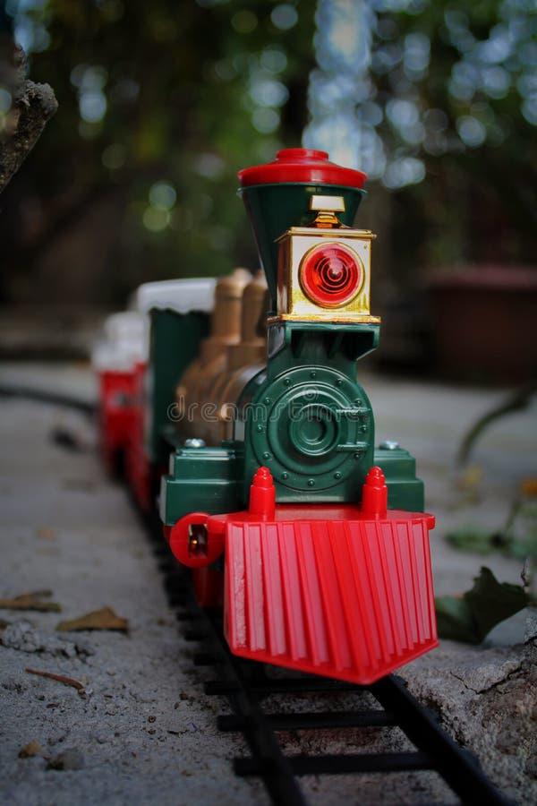 Un jouet de train sur le chemin photographie stock