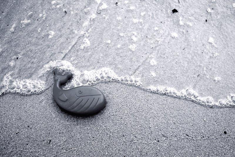 Un jouet en plastique de baleine photographie stock libre de droits