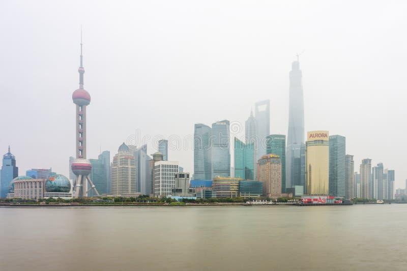 Un jour brumeux en point de repère de Pudong images libres de droits