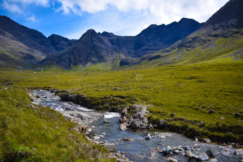 Un jour chaud et ensoleillé aux piscines féeriques, île de Skye, Ecosse image libre de droits