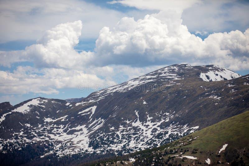 Un jour d'été avec le ciel bleu et les nuages blancs chez Rocky Mountain National Park dans le Colorado photos stock