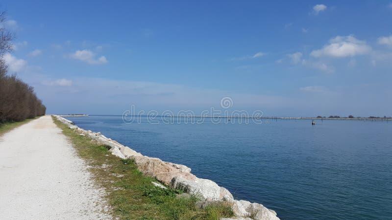 Un jour ensoleillé à la mer en Italie images stock