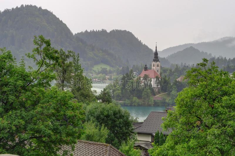 Un jour obscurci à l'île et au lac Bled a saigné, la Slovénie photographie stock libre de droits