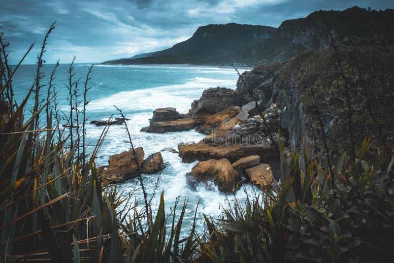 Un jour orageux au littoral de l'île du sud de la Nouvelle Zélande photographie stock libre de droits