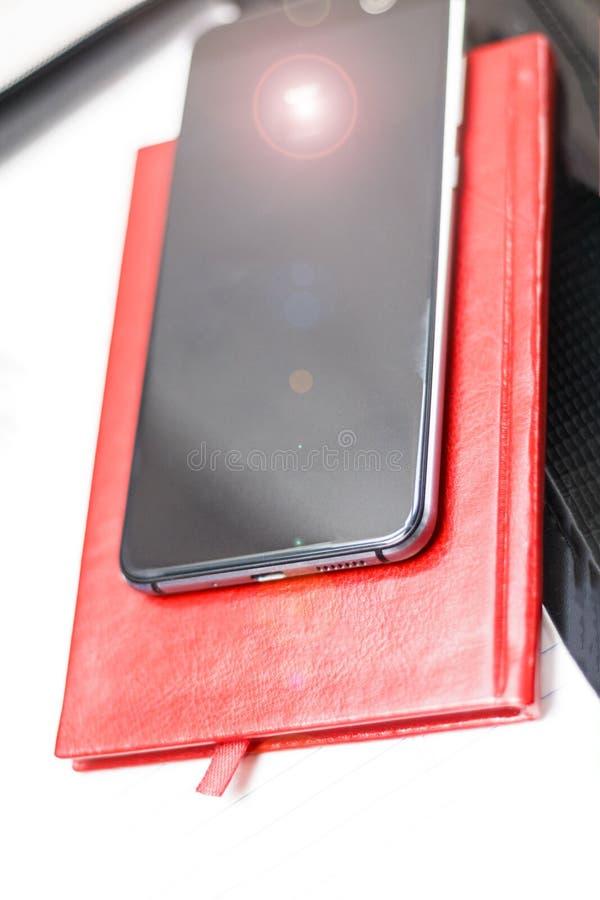 un journal intime rouge avec l'inscription 2019 ou sans elle et un téléphone ont la tonalité Profondeur de coupe photos libres de droits