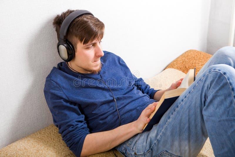 Un joven leyó un libro imagen de archivo libre de regalías