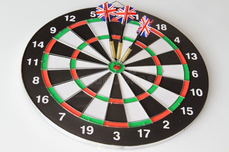 Un juego de dardos con tres banderas de Inglaterra en un fondo blanco imagenes de archivo