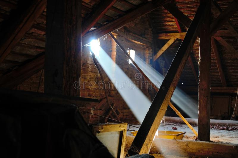 Un juego de la luz y de la sombra en el ático de la casa nací adentro imágenes de archivo libres de regalías