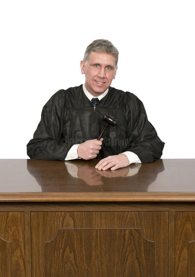 Juez amistoso agradable de la ley con la sonrisa aislada en Whi imagen de archivo
