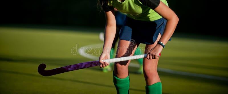 Un jugador de hockey hierba hermoso de la mujer joven fotos de archivo