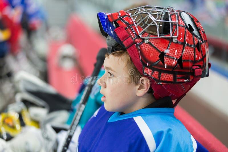 Un jugador de hockey joven en un casco elegante fotografía de archivo libre de regalías