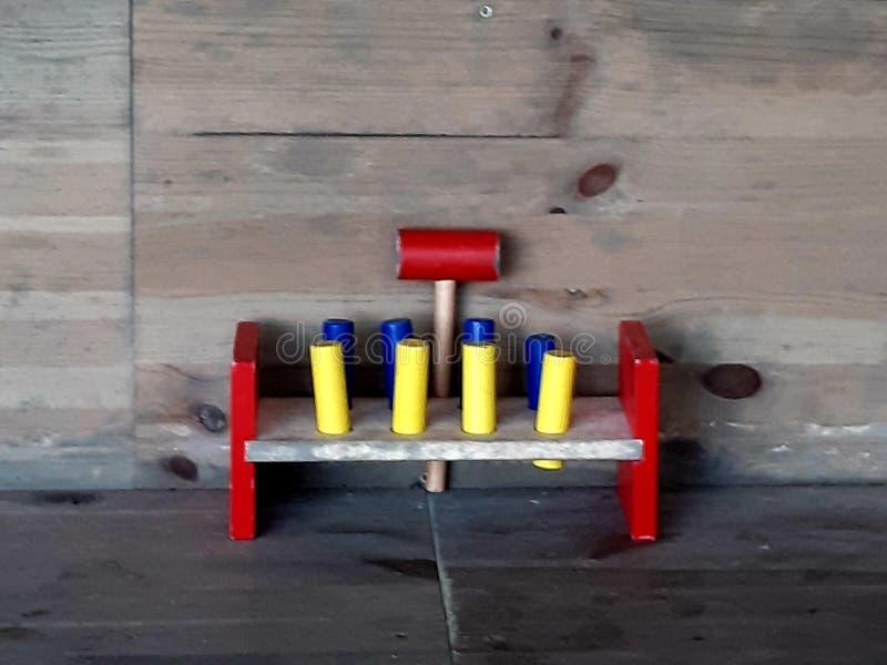 Un juguete viejo en diversos colores foto de archivo
