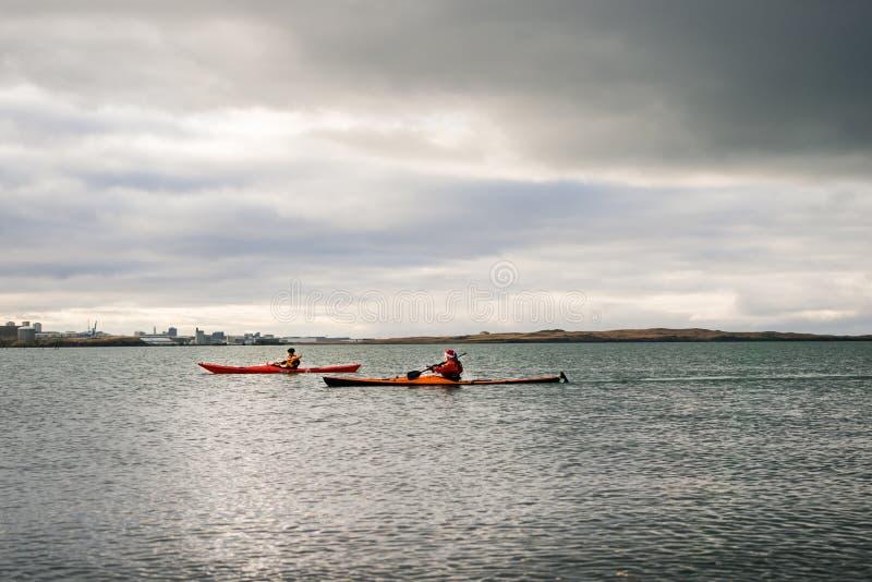 Un kayak di due genti in Islanda fotografia stock