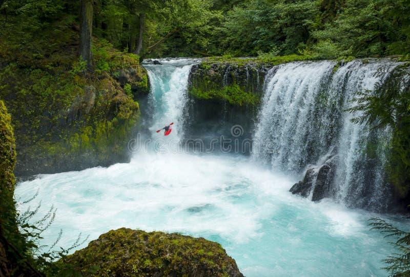 Un Kayaker audacieux va au cours des automnes de jaillissement d'esprit photos libres de droits