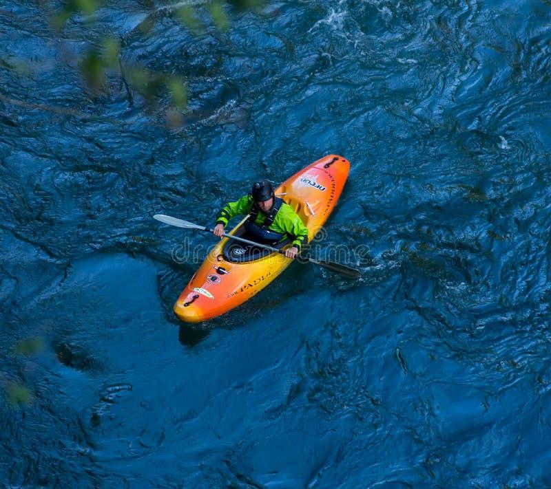 Un kayaker va giù su un kajak su un fiume Belaya della montagna in Adygea nel tempo di autunno, la vista superiore fotografia stock libera da diritti