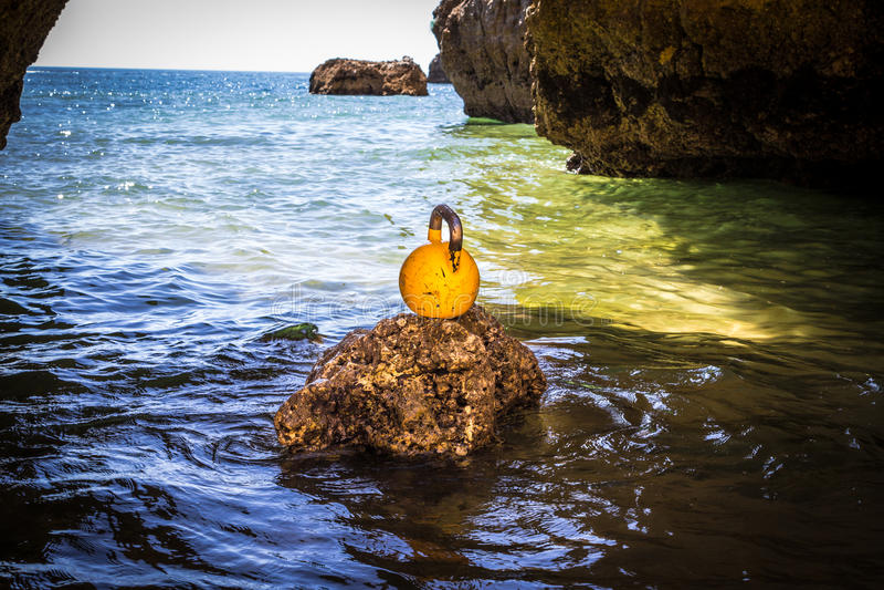 Un Kettlebell sur une roche en mer photographie stock