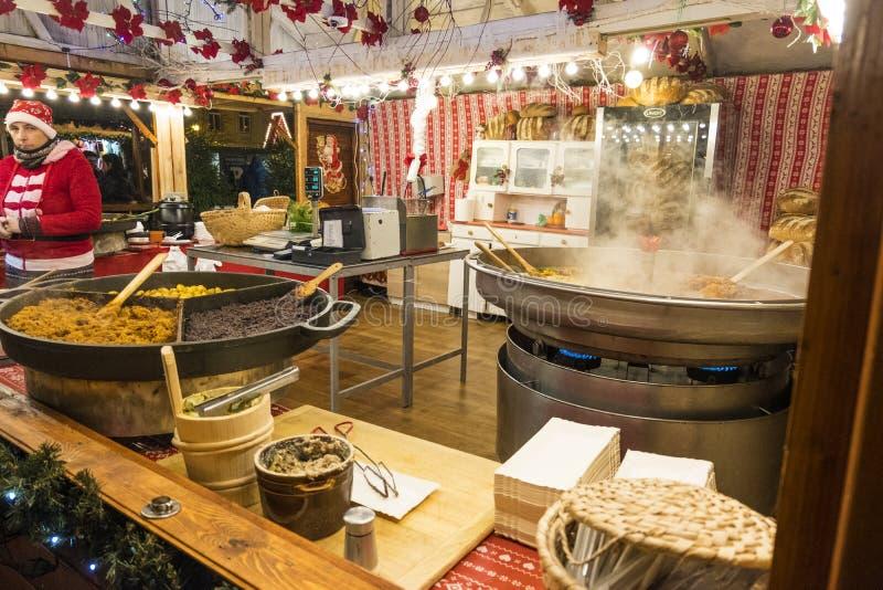 Un kiosque de Noël avec vendre la nourriture chaude Les résidents et les touristes visitent le marché de Noël à Poznan poland photographie stock