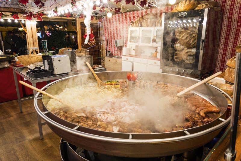 Un kiosque de Noël avec vendre la nourriture chaude Les résidents et les touristes visitent le marché de Noël à Poznan poland photographie stock libre de droits