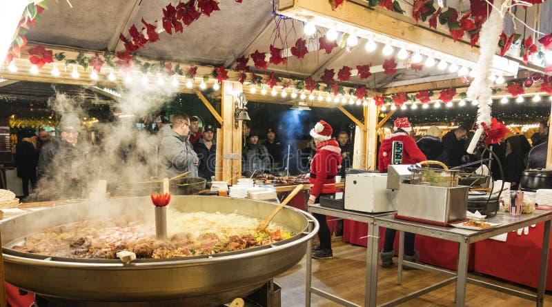 Un kiosque de Noël avec vendre la nourriture chaude Les résidents et les touristes visitent le marché de Noël à Poznan poland photo stock