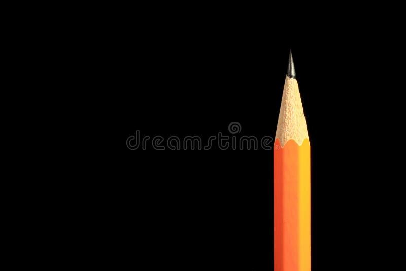Un lápiz agudo de madera con un borrador Aislado en negro fotografía de archivo libre de regalías