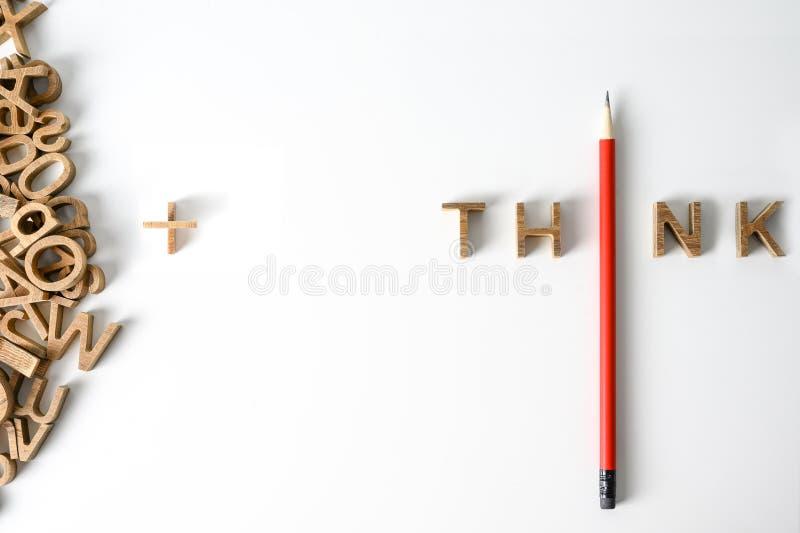 Un lápiz con el concepto de liderazgo de pensamiento de palabra y singularidad. Destaq?ese de la muchedumbre. Piense fuera del re foto de archivo