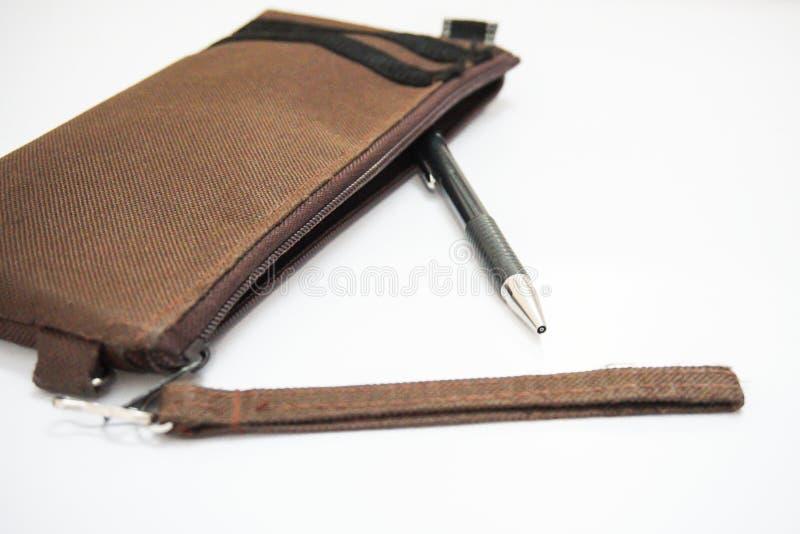 Un lápiz se saca de bolso marrón del lápiz en un fondo blanco imagen de archivo libre de regalías
