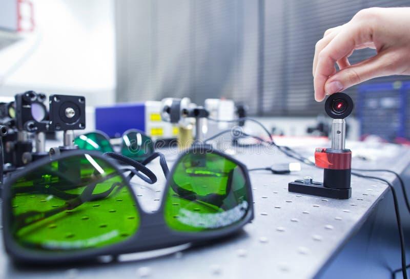 in un laboratorio di ottica di quantum fotografie stock libere da diritti